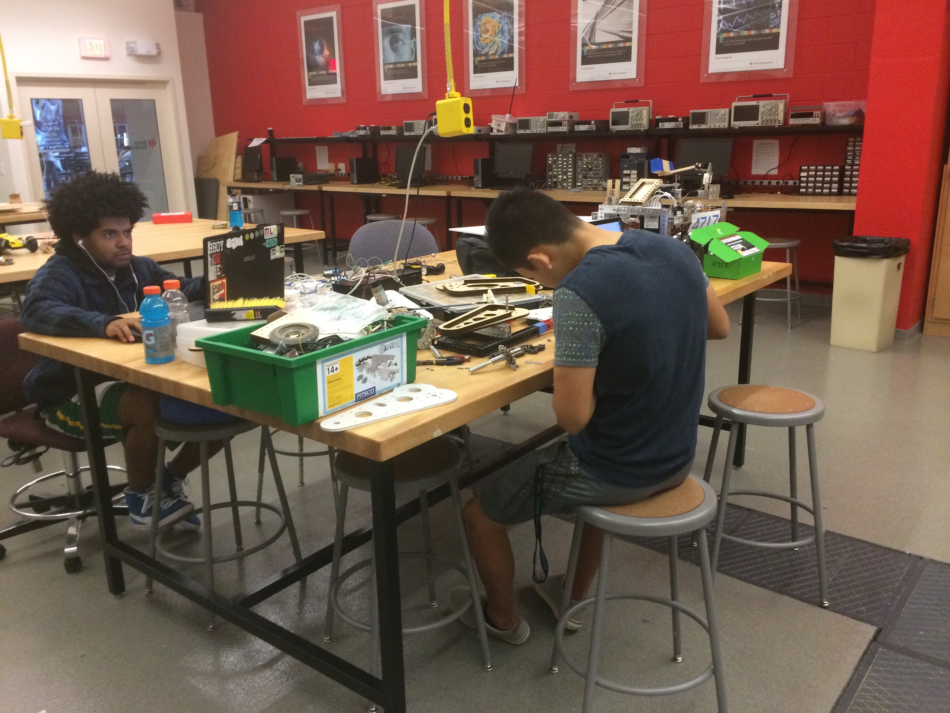 Teens Amp University Students Share Expertise In Ti Lab